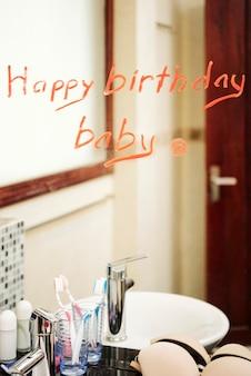 Verrassing in de badkamer. gelukkige verjaardag baby, bericht