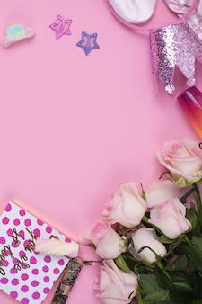 Verrassing voor het meisje. boeket bloemen, een kopje koffie en snoep