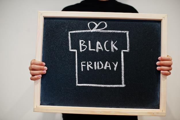 Verrassingsdoos op zwarte vrijdag die op bord wordt geschreven