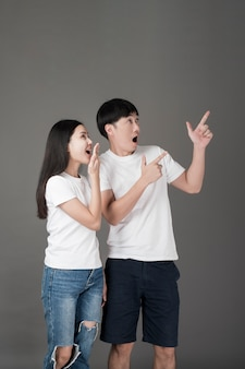 Verrast aziatisch paar dat aan kant richt