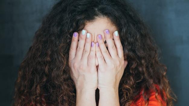 Verrast brunette dame. emotioneel verbaasd verbijsterd geschokt meisje