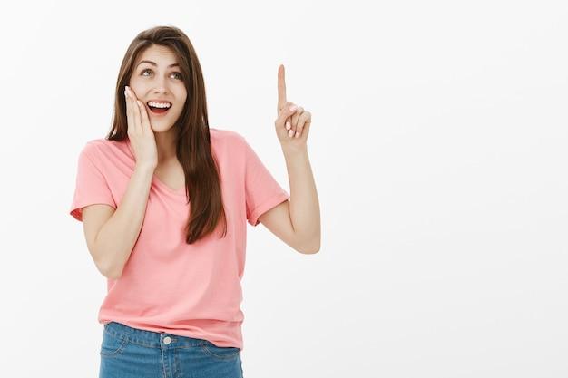 Verrast brunette vrouw poseren in de studio