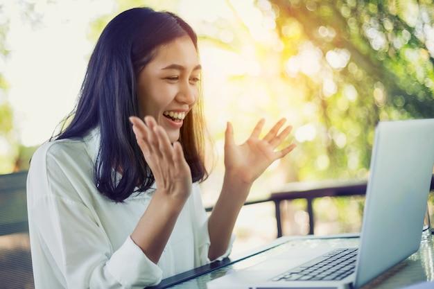 Verrast gelukkig mooie vrouw van online winkelen