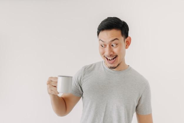Verrast gezicht van de mens drinkt een kopje koffie geïsoleerd op een witte achtergrond