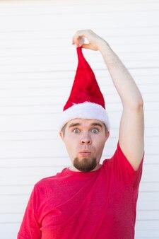 Verrast grappige knappe man in kerstmuts