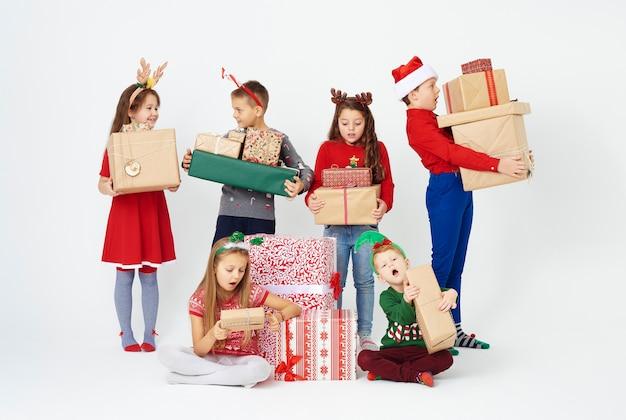 Verrast groep kinderen kijken naar kerstcadeau