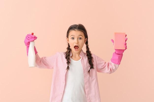 Verrast huisvrouwtje met fles afwasmiddel en spons