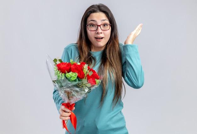 Verrast jong meisje op valentijnsdag met boeket verspreiden hand geïsoleerd op een witte achtergrond