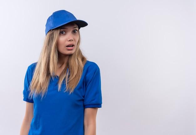 Verrast jonge levering vrouw, gekleed in blauwe uniform en pet