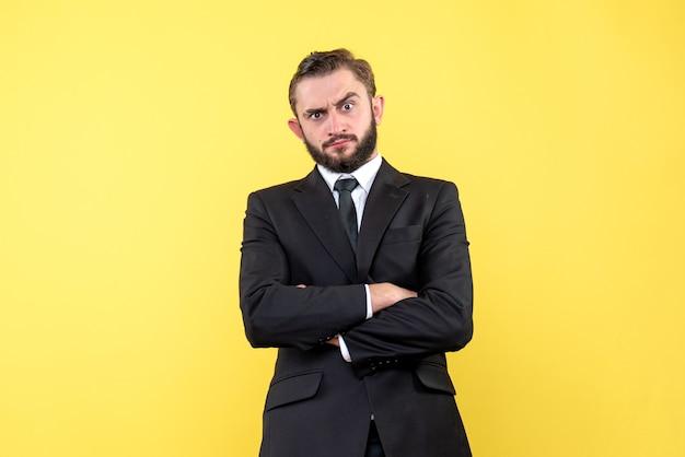 Verrast jonge man luistert naar zijn zakenpartner