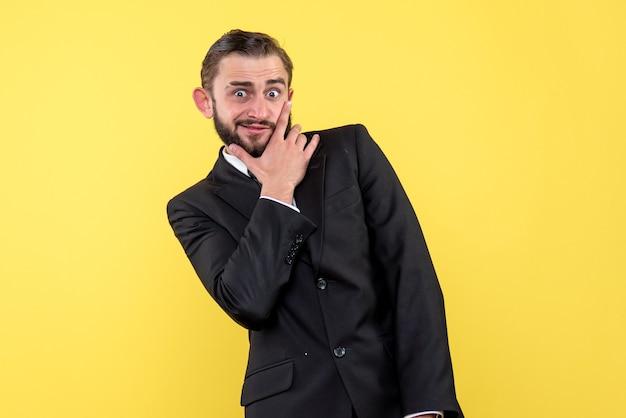 Verrast jonge volwassen man luistert naar nieuwe geruchten