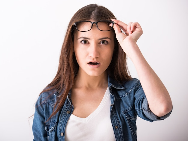 Verrast jonge vrouw met een bril