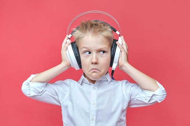 Verrast jongetje in koptelefoon op rood