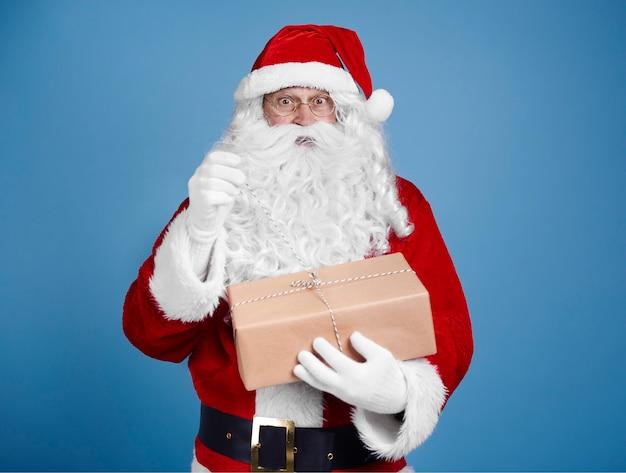 Verrast kerstman openingsgeschenk