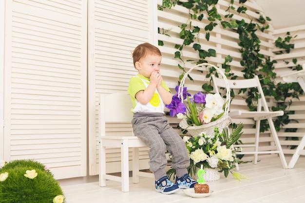 Verrast kind jongen met stuk verjaardagstaart. Premium Foto