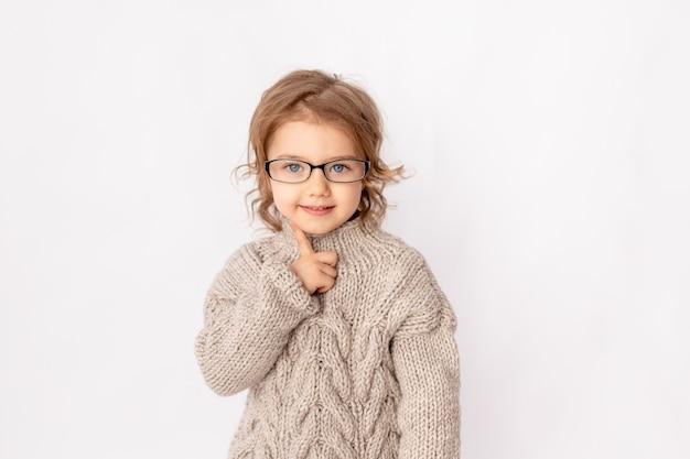 Verrast kind meisje met bril op witte achtergrond, ruimte voor tekst