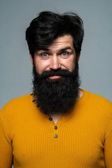 Verrast knappe man. geschokt mannelijk model met verrassingsuitdrukking, wow verbaasd opgewonden gezicht. emoties mensen concept.