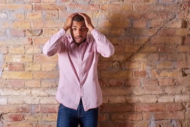 Verrast man in roze shirt