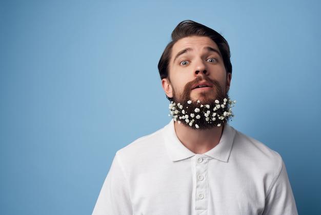 Verrast man met baard bloemen kapperszaak stijl