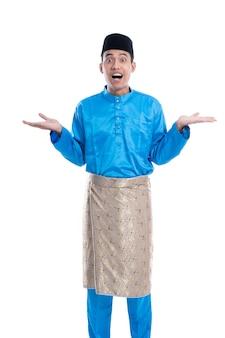 Verrast man met traditionele kleding van melayu camera kijken