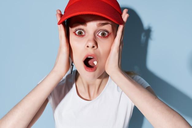 Verrast meisje in een rode dop heldere make-up decoratie mode zomer