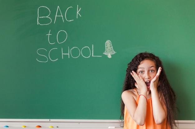 Verrast meisje op schoolbord