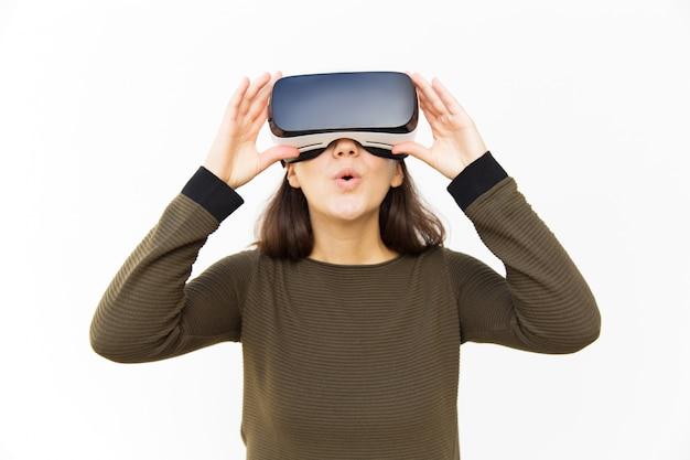 Verrast opgewonden gamer in vr-headset