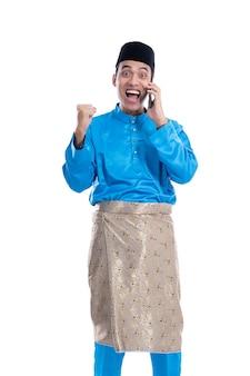 Verrast opgewonden man met mobiele telefoon tijdens het bellen