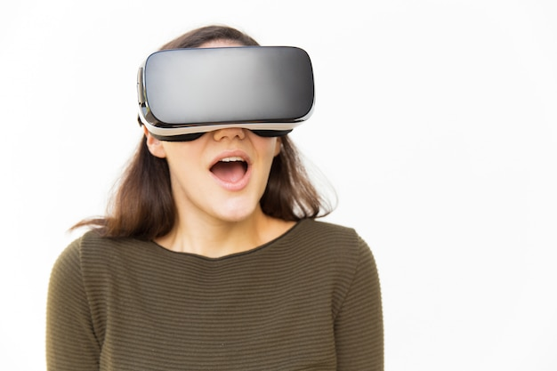 Verrast opgewonden vrouw in vr-headset schreeuwen