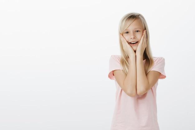 Verrast schattig kind dat verbaasd en gelukkig kijkt