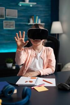 Verrast schoolkind dat in een vr-bril kijkt en een gadget ervaart