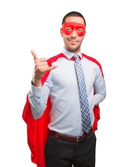 Verrast super zakenman die een oproep gebaar doet
