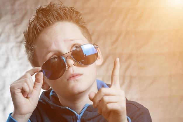 Verrast tienerjongen in zonnebril