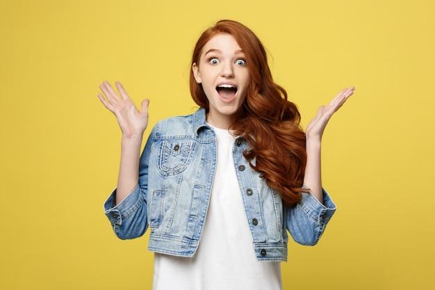 Verrast tienermeisje tonen schokkende expressie met iets.