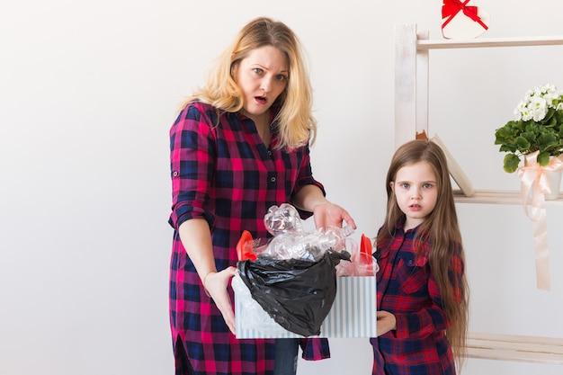 Verrast vrouw houdt doos met plastic afval