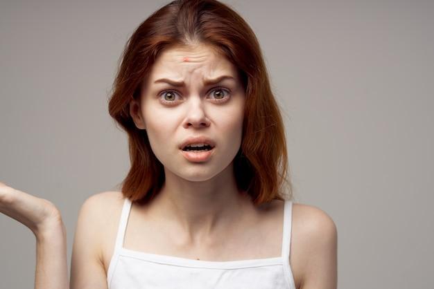 Verrast vrouw met acne op haar gezicht gezondheidsproblemen acne