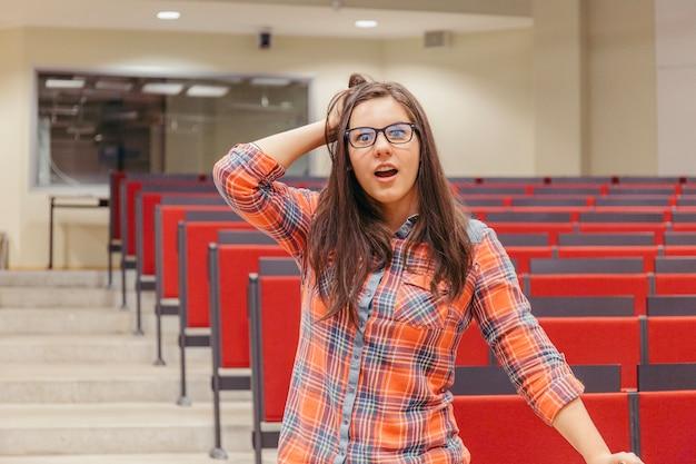 Verrast vrouw met hoofd op collegezaal