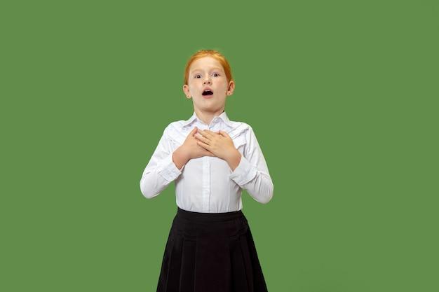 Verrast weinig gelukkig meisje geïsoleerd op groene muur