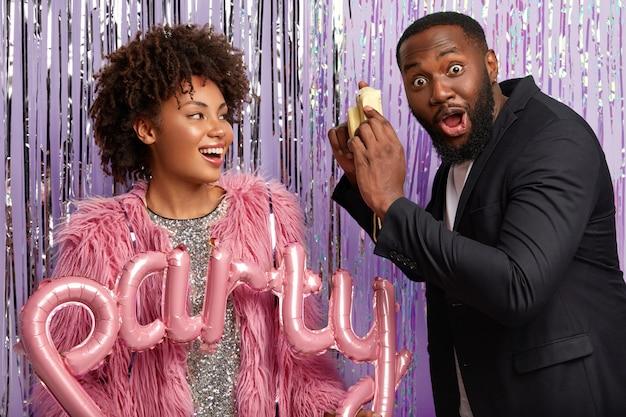 Verrast zwarte man heeft dikke baard, kijkt met afgeluisterde ogen