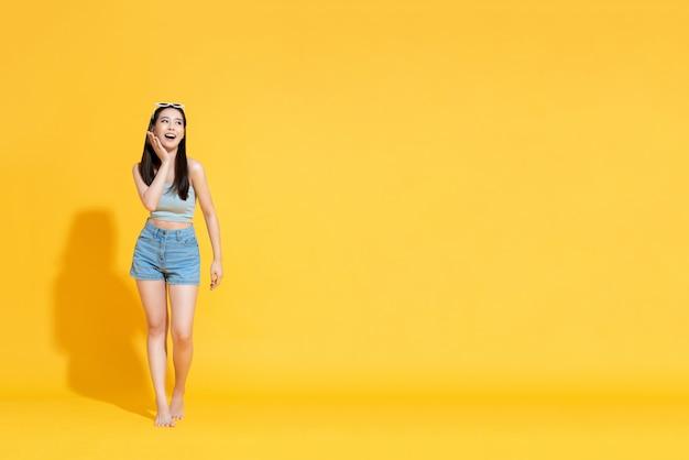 Verraste aziatische vrouw in zomer strand outfit