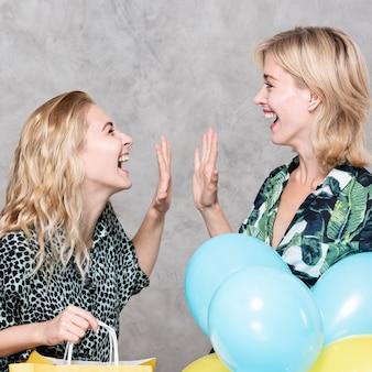 Verraste blonde vrouwen die elkaar bekijken