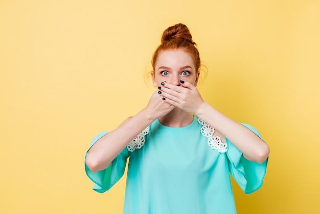 Verraste gembervrouw die haar mond en het kijken behandelt