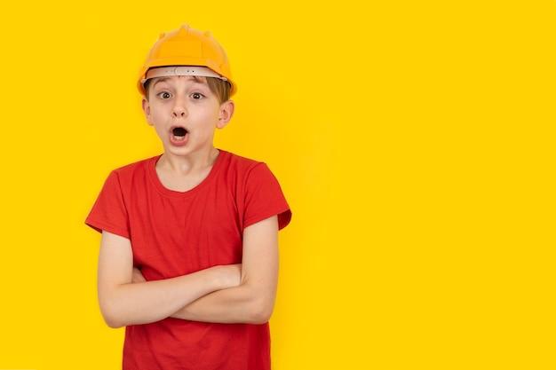 Verraste kerel in veiligheidshelm op geel