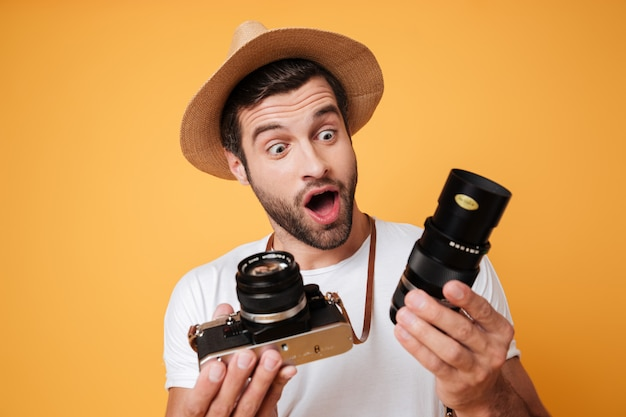 Verraste mens die grote lens voor camera bekijkt