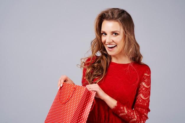 Verraste vrouw die een cadeau opent
