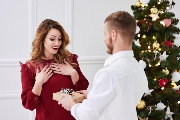 Verraste vrouw die een geschenk ontvangt