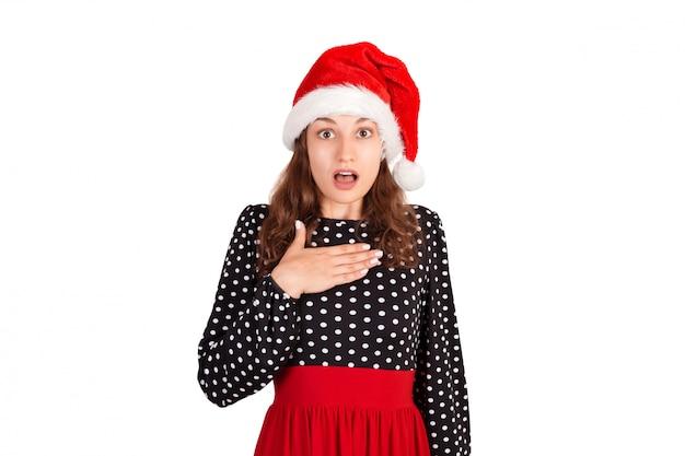 Verraste vrouw in jurk hand in hand op borst glimlachen wordt opgewonden en geschokt.