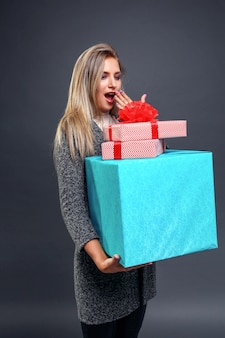 Verraste vrouw met huidige dozen