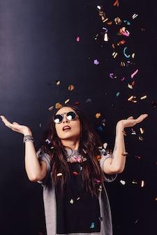Verraste vrouw omringd door confetti