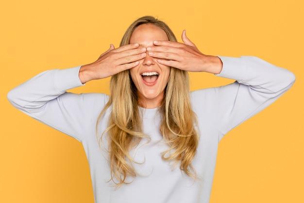 Verraste vrouwenhanden die haar ogen bedekken